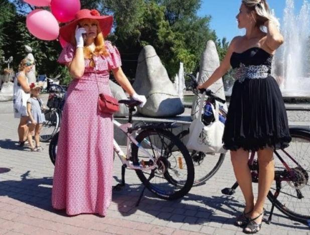 Женщины в изысканных платьях и на велосипедах заполонили центр Запорожья: что требуют активистки