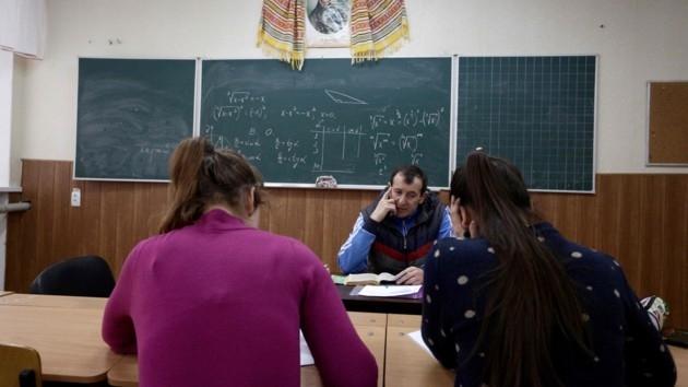 """Буллинг в школах: ученики бросают вещи сверстников в туалеты и создают """"группы буллинга"""""""
