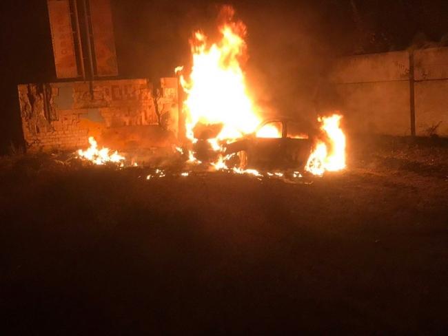 Двое людей в результате аварии сгорели в машине