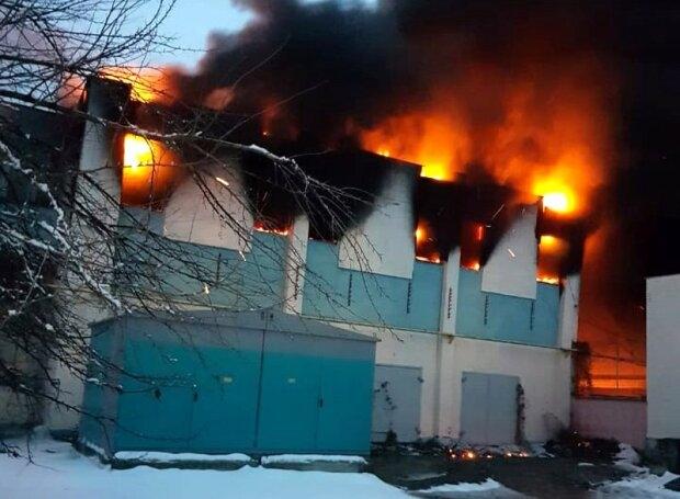 В Полтаве прогремели взрывы, начался масштабный пожар