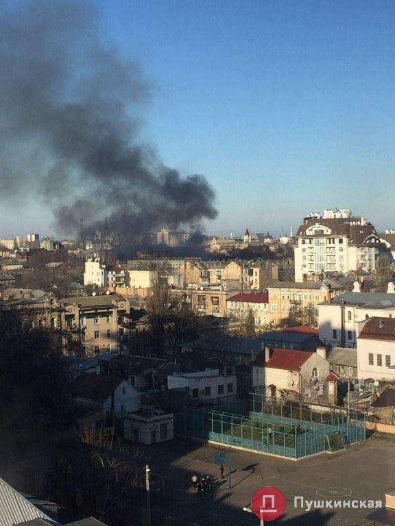 В центре Одессы горит памятник архитектуры: дымом заволокло несколько кварталов