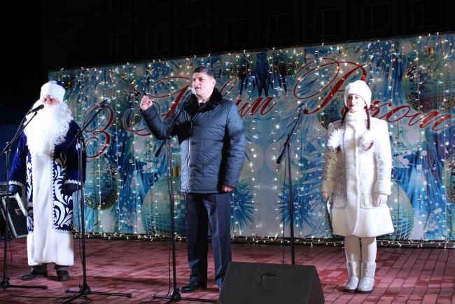 Город отметил новогоднюю ночь на площади Победы: было людно, весело и позитивно!
