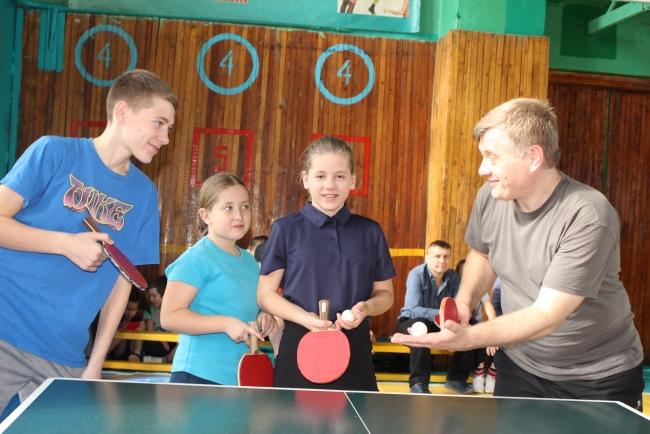 Папа, мама, брат с сестрой: мы на теннис всей семьёй!