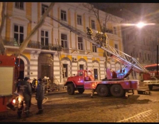 В центре Одессы произошел пожар: пострадал спасатель