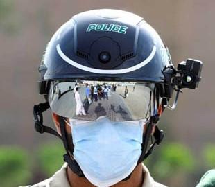 Китайским полицейским выдали шлемы для автоматического измерения температуры у людей