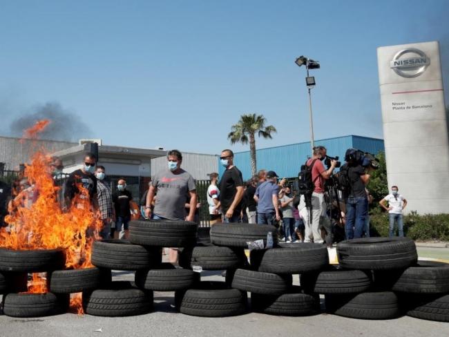В Барселоне из-за закрытия завода Nissan протестующие начали жечь шины