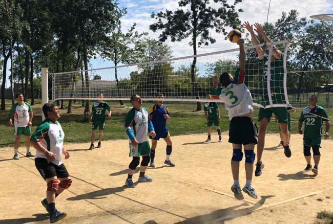 Волейбольные встречи под открытым небом на городском стадионе