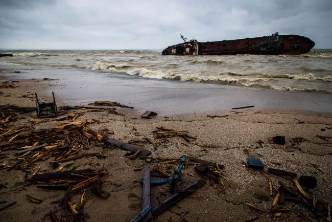 """В Одессе из затонувшего танкера """"Делфи"""" разлилось топливо, купаться в море запрещено"""