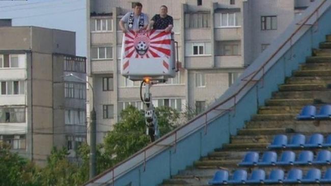 """Фото дня: фанаты """"Зари"""" арендовали подъемный кран, чтобы посмотреть матч против """"Десны"""""""
