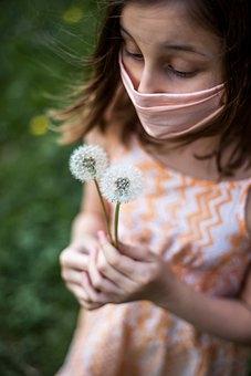 В Минздраве опровергли миф, что ношение маски вызывает интоксикацию углекислым газом