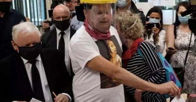 """Глава правящей партии Польши пришел голосовать и встретил на участке """"себя"""""""