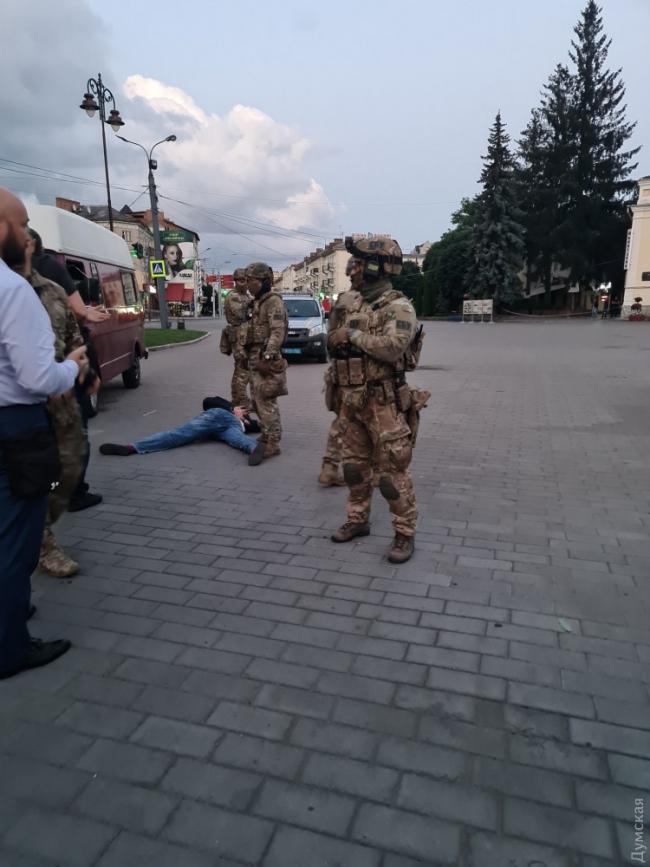 СБУ совместно с Нацполициею освободили в Луцке 13 заложников и задержали террориста