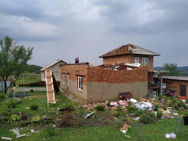 На Буковине ураган сорвал крыши и повалил деревья