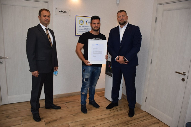 Спас судно после атаки пиратов: украинского моряка отметили наградой Международной морской организации