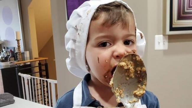 Двухлетний мальчик помогал бабушке на кухне и рассмешил сеть своим поведением
