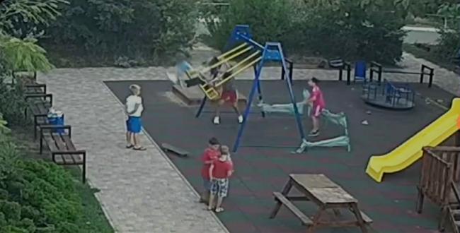 В Одессе ребенок напоролся на штырь на детской площадке