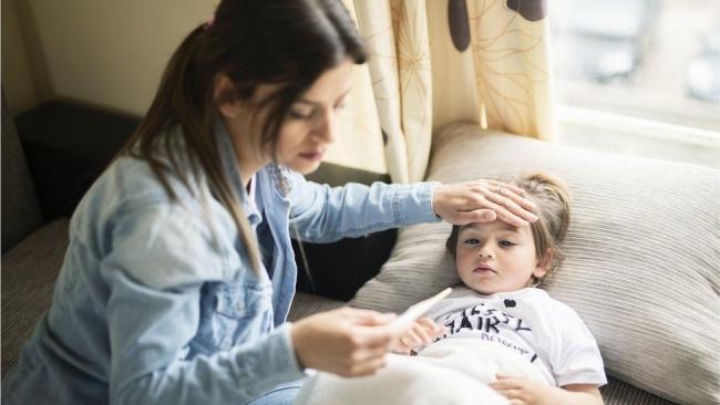 Британские медики рассказали как отличить у детей простуду от COVID-19 - Daily Mail