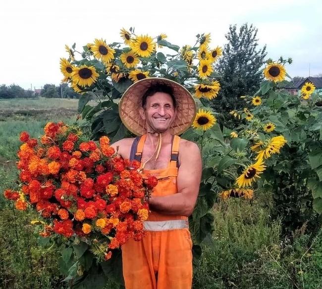 Неравнодушный украинец посадил 700 км подсолнухов и бархотцев вдоль дорог