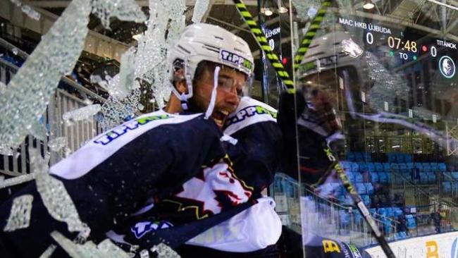 Хоккеист разбил защитное стекло и вылетел за пределы площадки, радостно празднуя гол