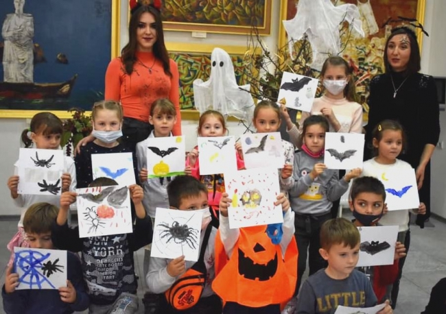 В Картинной галерее провели мини-Хэллоуин