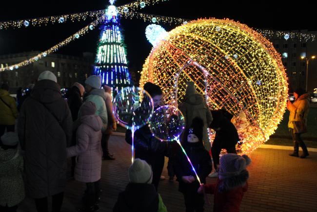Измаил зажёг праздничные огни и гуляет все выходные на площади Победы