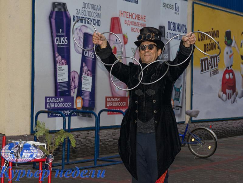 Измаильчан на улице развлекает известный бессарабский фокусник