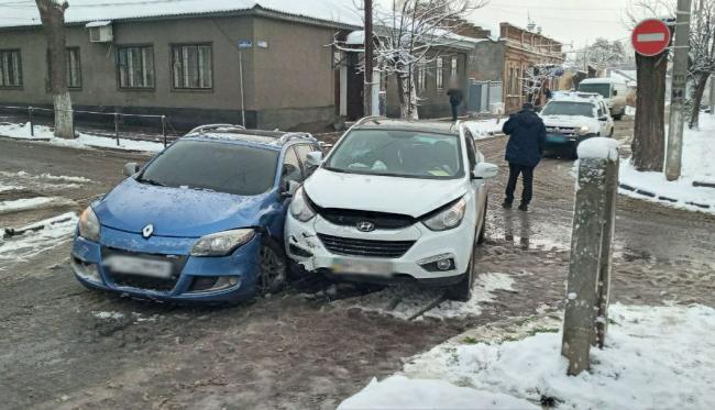 С утра на скользких дорогах Измаила произошли сразу две аварии