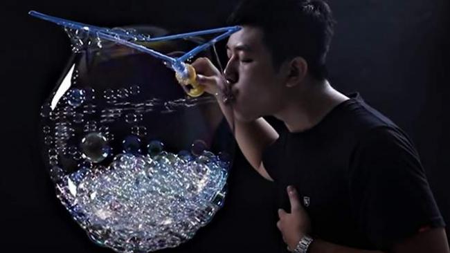 783 мыльных пузыря за минуту: тайванец установил рекорд и попал в Книгу Гиннесса