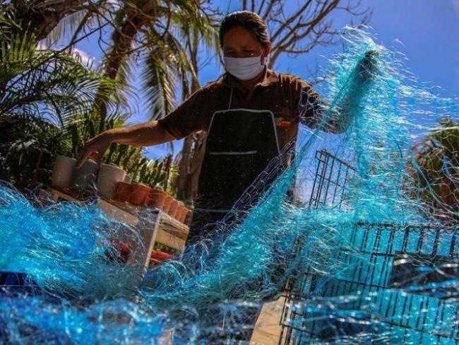В Таиланде остатки рыболовных сетей превращают в защитные маски от COVID-19