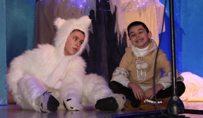 Премьера на сцене Дворца культуры: сказка про Умку и его друзей