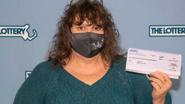 Женщина выбросила лотерейный билет на 1 000 000 долларов в мусорку: как она его вернула