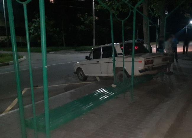 """В Измаиле пьяный водитель ВАЗа """"присел"""" машиной на лавочку автобусной остановки"""