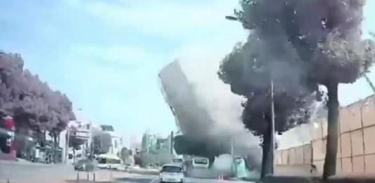 В Южной Корее старый дом обрушился на автобус с пассажирами