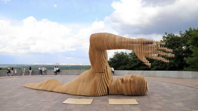 В Киеве установили большую странную инсталляцию: она примет участие в фестивале Burning Man