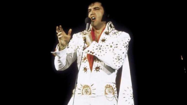 Знаменитый белый комбинезон со стразами Элвиса Пресли продали на аукционе за невероятную сумму