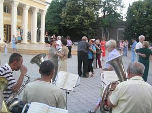 В городском саду -флейты да валторны…