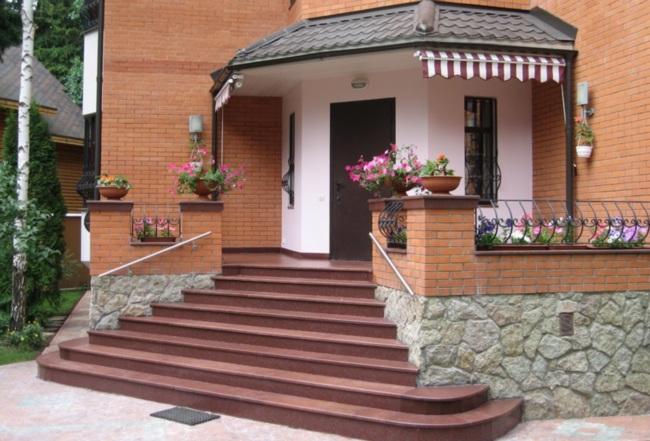 Фото ступенек у входа в дом